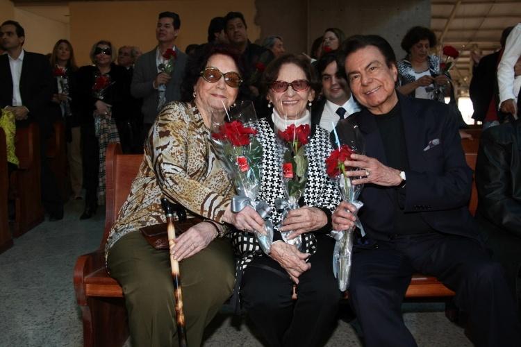 29.set.2013 - Lolita Rodrigues, Laura Cardoso e Agnaldo Rayol posam com flores que ganharam do Padre Marcelo após cerimônia que marcou um ano da morte de Hebe Camargo