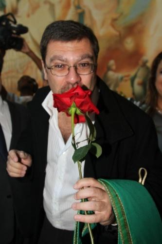 29.set.2013 - Marcello, filho de Hebe Camargo, beja rosa ganhada do padre Marcelo Rossi