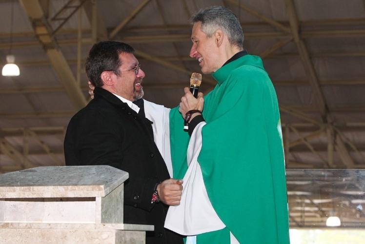 29.set.2013 - Marcello, filho de Hebe Camargo, se emociona ao falar com Padre Marcelo Rossi