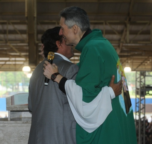 29.set.2013 - Marcello, filho de Hebe Camargo, se emociona ao receber abraço do Padre Marcelo Rossi