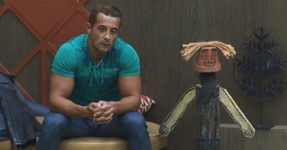 29.set.2013 - Marcos Oliver aguardando a grande final da