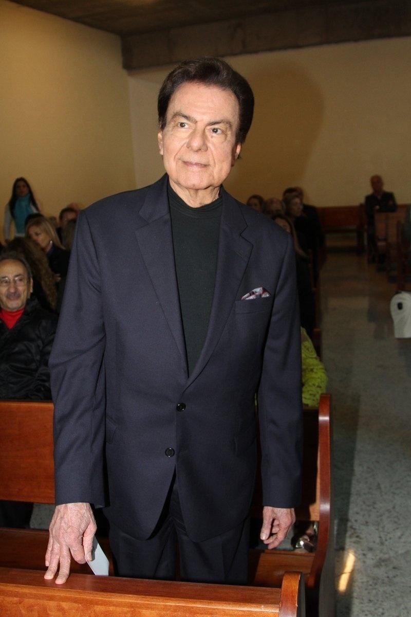 29.set.2013 - O cantor Agnaldo Rayol aguarda o início da missa celebrada pelo Padre Marcelo que marca um ano da morte da apresentadora Hebe Camargo, no Santuário Mãe de Deus, em São Paulo