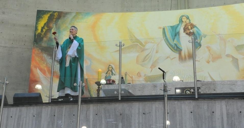29.set.2013 - O Padre Marcelo Rossi celebra missa com uma rosa na mão; Flor que Hebe Camargo gostava muito