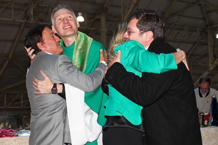 29.set.2013 - Padre Marcelo Rossi abraça os familiares de Hebe Camargo