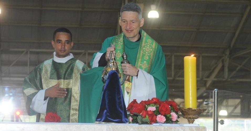 29.set.2013 - Padre Marcelo Rossi celebra missa que marca um ano da morte da apresentadora Hebe Camargo no Santuário Mãe de Deus, em São Paulo