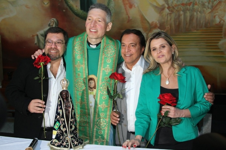 29.set.2013 - Padre Marcelo Rossi posa com os familiares de Hebe Camargo