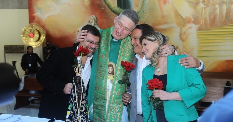 29.set.2013 - Pardre Marcelo Rossi abraça os familiares de Hebe Camargo