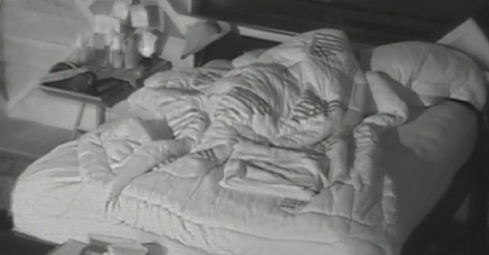 29.set.2013 - Perto das 16h, Bárbara Evans continuava na cama