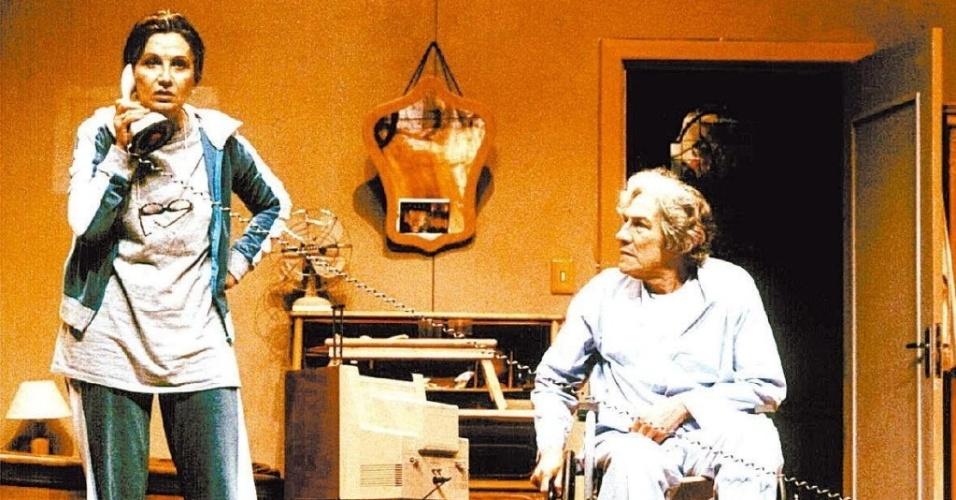 """Cena da peça """"E Agora, o que Eu Faço com o Pernil?"""", com Rosamaria Murtinho e Cláudio Cavalcanti"""