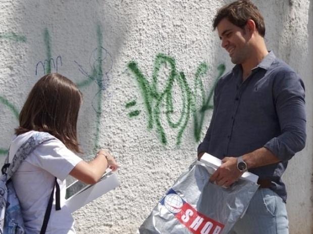 """Em """"Amor À Vida"""", Ninho surpreende Paulinha com um tablet de presente"""