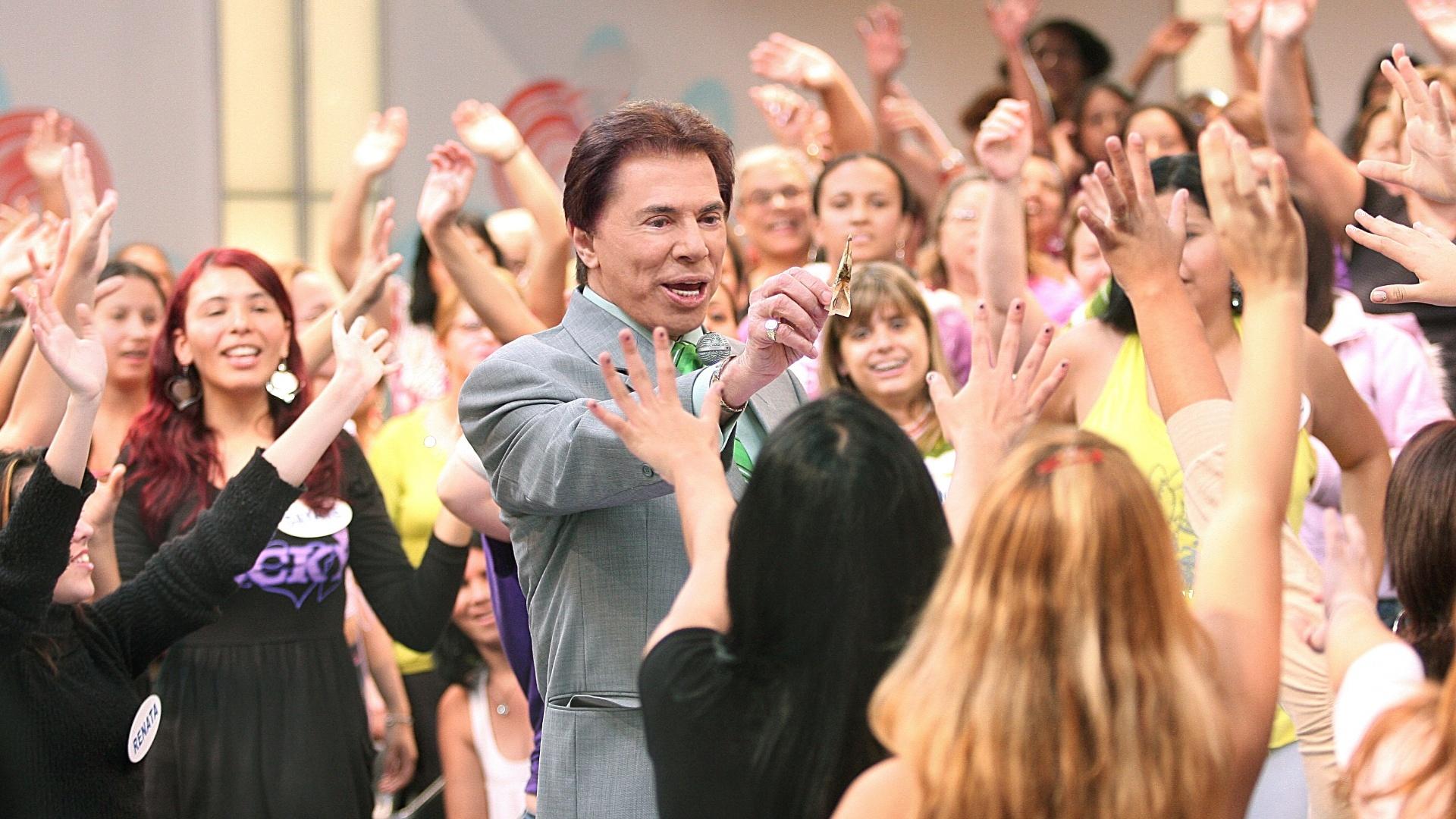 2008 - O apresentador Silvio Santos oferece dinheiro para a plateia