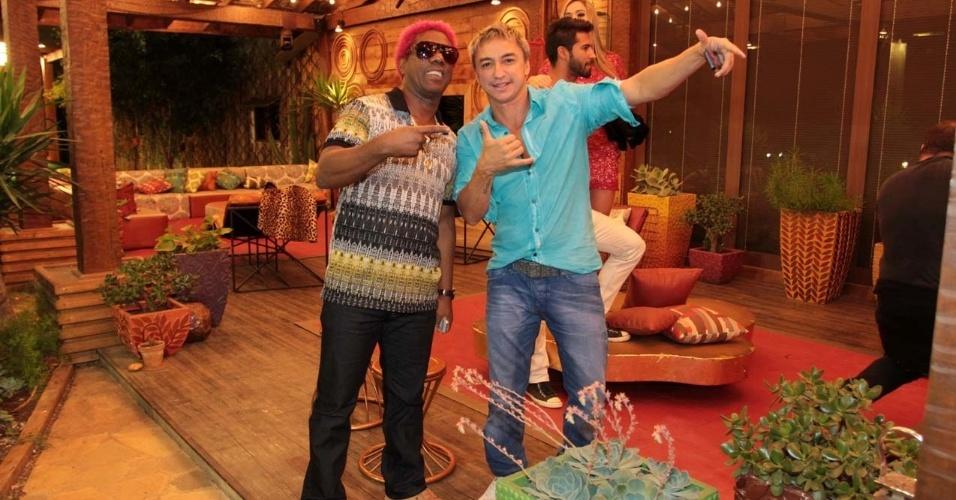 """29.set.2013 - Ivo Meirelle e Paulo Nunes posam para foto na final de """"A Fazenda 6"""""""