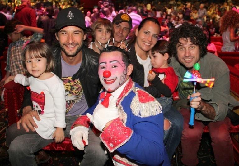 29.set.2013 - Os atores Rodrigo Santoro e Eriberto Leão foram juntos ao circo Tihany, no Rio de Janeiro