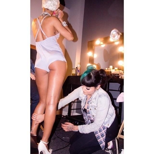 """29.set.2013 - Rihanna divulgou imagens do novo clipe em seu Instagram. De peruca e sobrancelha roxa, a cantora mostrou o figurino provocante para o clipe de """"Pour It Up"""""""