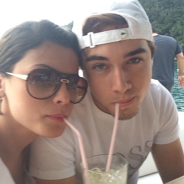 30.set.2013 - A ex-panicat Babi Rossi se declarou para o namorado, o DJ Olin Batista, em foto divulgada pela rede social