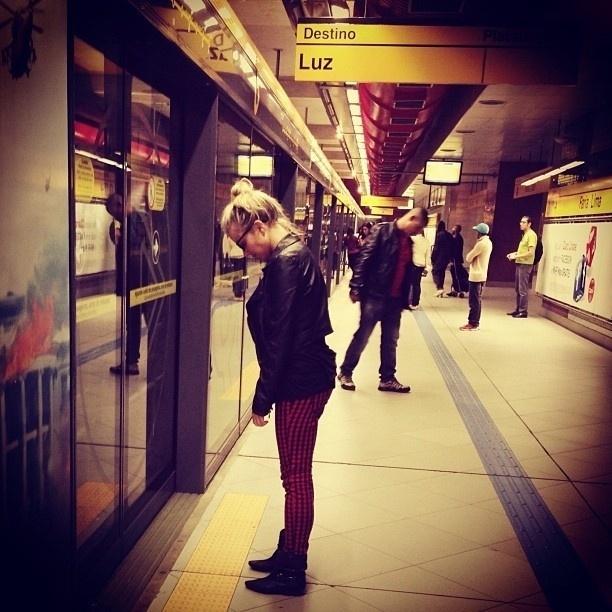"""30.set.2013 - Nathália Rodrigues divulgou uma foto onde aparece na estação de metrô de São Paulo. A atriz estava esperando o trem na estação Faria Lima, no sentido Luz, e brincou: """"Destino: luz"""""""