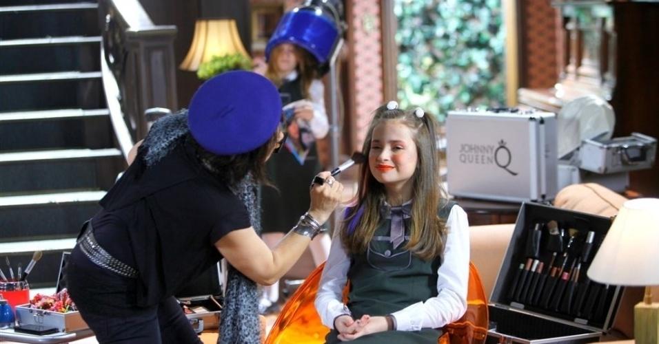 30.set.2013- A maquiadora  do elenco  Rosangela Gorziza maquia Bia (Raissa Chaddad) na cena que vai ar nesta terça, 01/10