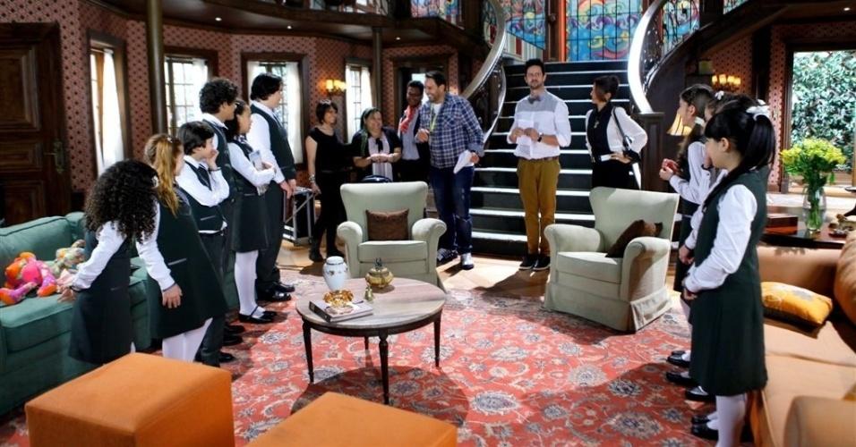30.set.2013- Diretor Roberto Menezes (camisa xadrez) dirige a cena musical com todo o elenco
