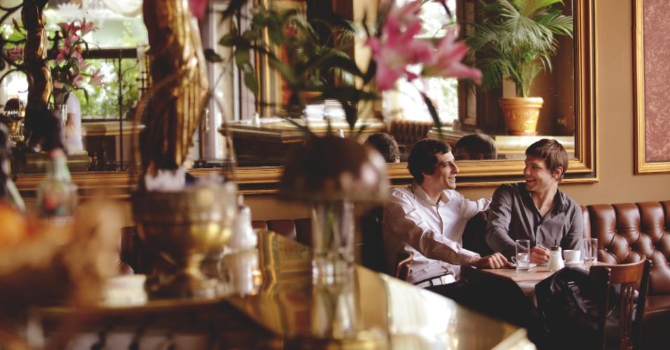 Declarada em 2011 pela Unesco como Patrimônio Cultural Imaterial, a cultura do café é uma das experiências mais populares em Viena. Seja qual for o seu roteiro na cidade (bem como a sua preferência sexual), os cafés (Kaffeehaus, em alemão) são inevitáveis durante sua visita à capital austríaca