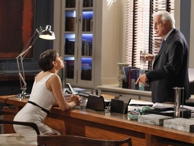 """Em """"Amor à Vida"""", Edith pede dinheiro para não revelar que Cesar é pai de Jonathan"""