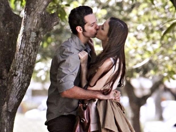 """Em """"Amor à Vida"""", Rebeca pede para Pérsio manter namoro em segredo"""