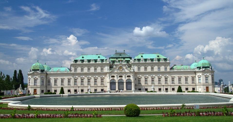 Fachada do Palácio Belvedere, residência de verão de um dos mais famosos personagens gays da Áustria, príncipe Eugênio de Saboia. Atualmente, este palácio barroco funciona como museu de artes e seu acervo está dividido em dois edifícios que se conectam por um bem cuidado jardim, em Viena