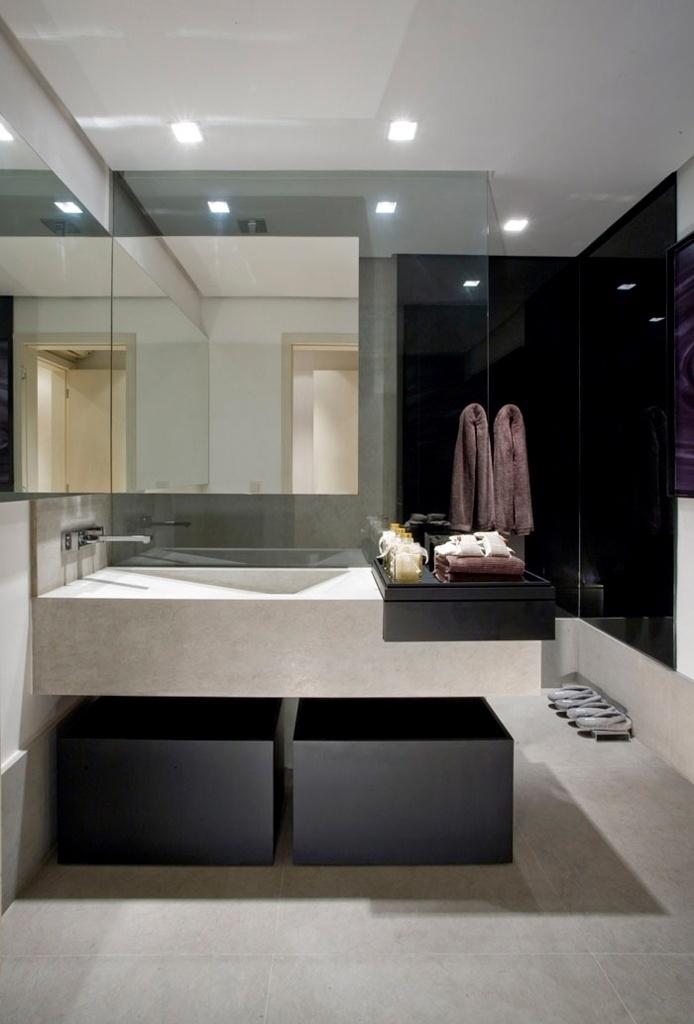 O box Cristal Diamond, da Guardian ( www.guardianbrasil.com.br), é adaptável às dimensões exigidas pelo projeto do banheiro. Estruturado em vidro temperado com espessura de 8 mm, o item tem valor variável de acordo com o projeto solicitado. Na foto, projeto da design de interiores Liliane Carneiro
