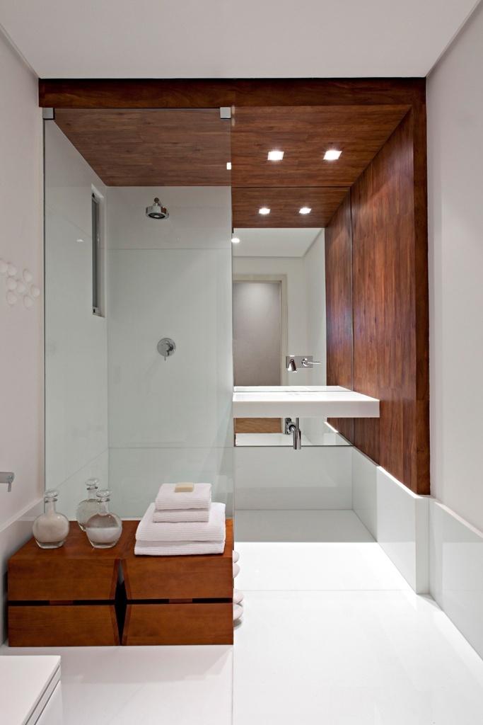 O box da linha Extra Clear, da marca Pacaembu Vidros (www.pacaembuvidros.com.br), é adaptável às dimensões exigidas pelo projeto do banheiro. Estruturado em vidro temperado com espessura de 8 mm, o item tem valor variável de acordo com o projeto solicitado. Na foto, projeto da design de interiores Liliane Carneiro