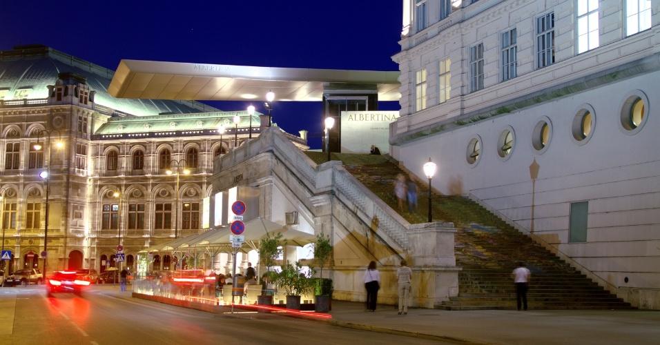 O Museu Albertina (na foto, à direita) é um dos endereços de Viena que realizam casamentos entre pessoas do mesmo sexo, inclusive entre estrangeiros. Aprovada em 2010, a lei de união civil na Áustria reconhece a relação entre pessoas do mesmo sexo com direitos que equivalem ao de um casamento heterossexual