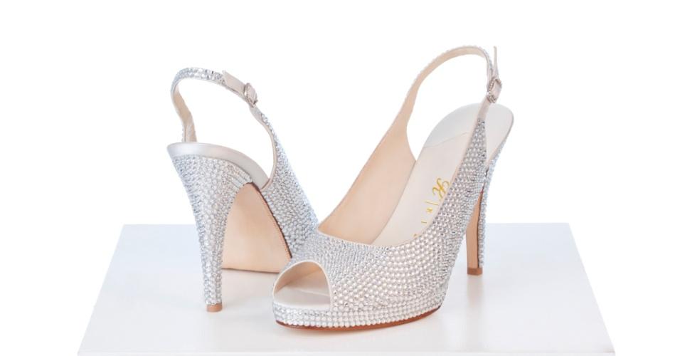 Sapatos com aplicação de cristal da Kila Calçados