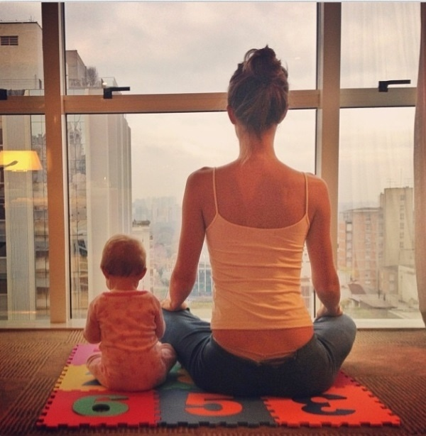 """01.out.2013- Gisele Bündchen medita ao lado da filha Vivian, de sete meses: """"Bom dia! Me preparando para um dia de trabalho . #meditacaorapida #gratidão"""", escreveu a top na legenda da foto no Instagram"""