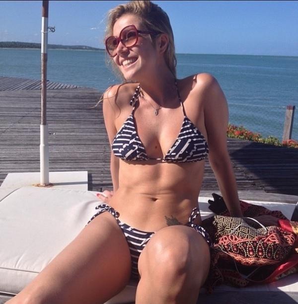 """01.out.2013- Luiza Possi exibe corpo em forma de biquíni: """"Alegria não precisa de filtro nem legenda. Todo mar tem seu momento de calmaria. Amém"""", escreveu a cantora na legenda da foto no Instagram"""