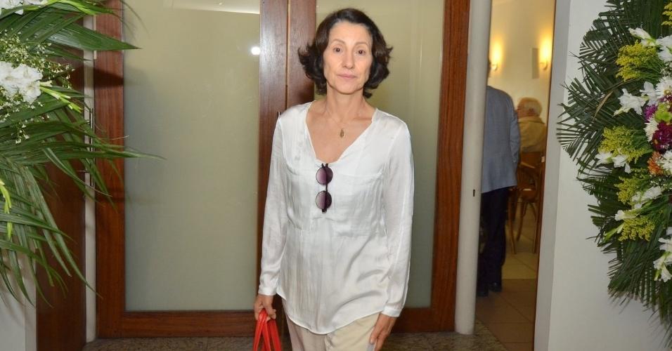 1.out.2013 - A atriz Cássia Kiss chega para o velório do ator Claudio Cavalcanti
