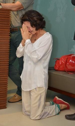 1.out.2013 - A atriz Cássia Kiss reza e chora no velório do ator Claudio Cavalcanti