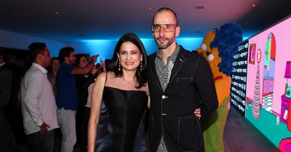 1.out.2013 - Cazé Peçanha com a mulher na festa de comemoração dos 20 anos do canal Fox no Brasil. O evento aconteceu em uma casa noturna de São Paulo
