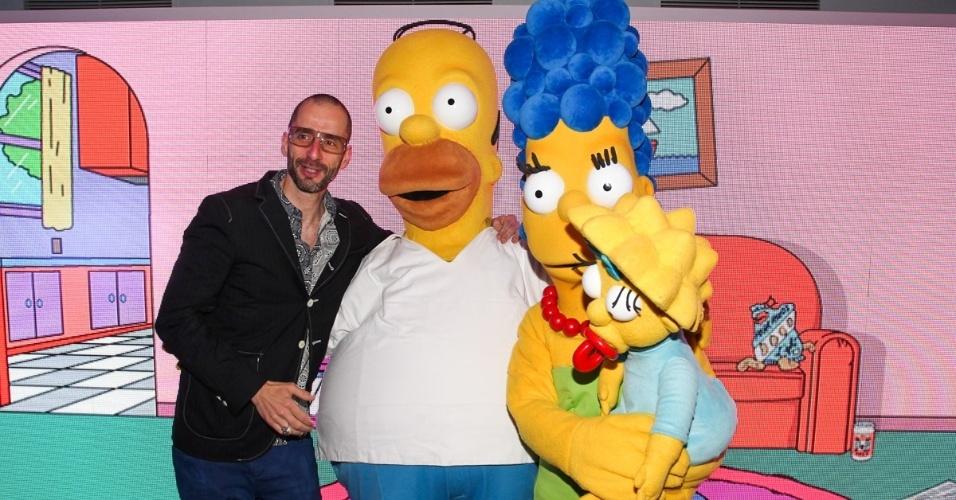 """1.out.2013 - Cazé Peçanha com os personagens de """"Os Simpsons"""" na festa de comemoração dos 20 anos do canal Fox no Brasil. O evento aconteceu em uma casa noturna de São Paulo"""