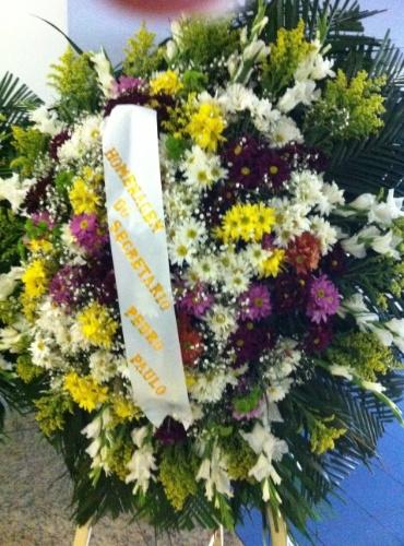 1.out.2013 - Coroa de flores enviada pelo chefe da casa civil da Prefeitura do Rio, Dep.Pedro Paulo