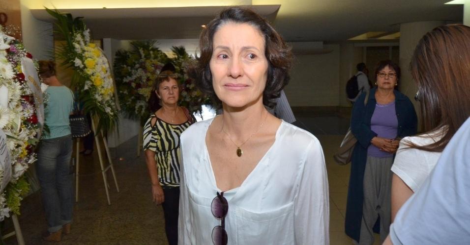 1.out.2013 - Emocionada, a atriz Cássia Kiss chega ao velório do ator Claudio Cavalcanti