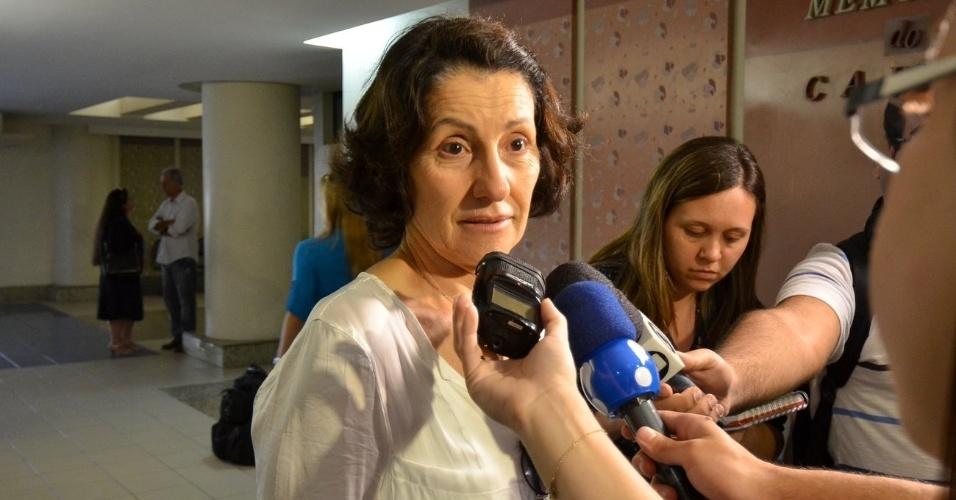 1.out.2013 - Emocionada, a atriz Cássia Kiss fala com a imprensa no velório do ator Claudio Cavalcanti