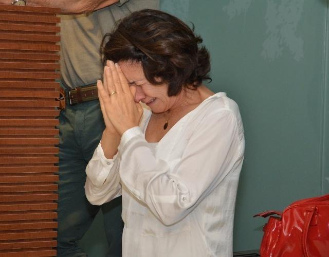 1.out.2013 - Emocionada, a atriz Cássia Kiss se despede do ator Claudio Cavalcanti