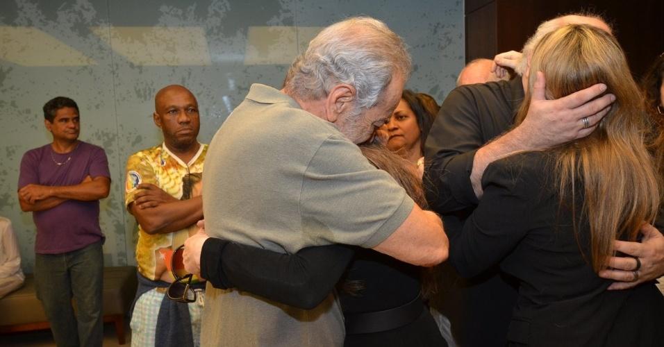 1.out.2013 - Gracindo Jr. abraça a Maria Lúcia, viúva de Claudio Cavalcanti, no Memorial do Carmo, no Rio
