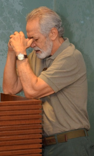 1.out.2013 - Gracindo Jr. chora no velório de Claudio Cavalcanti, no Memorial do Carmo, no Rio