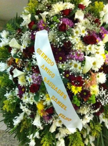 1.out.2013 - O ator e diretor Daniel Filho enviou uma coroa de flores ao velório do ator Claudio Cavalcanti no Memorial do Carmo, no Rio