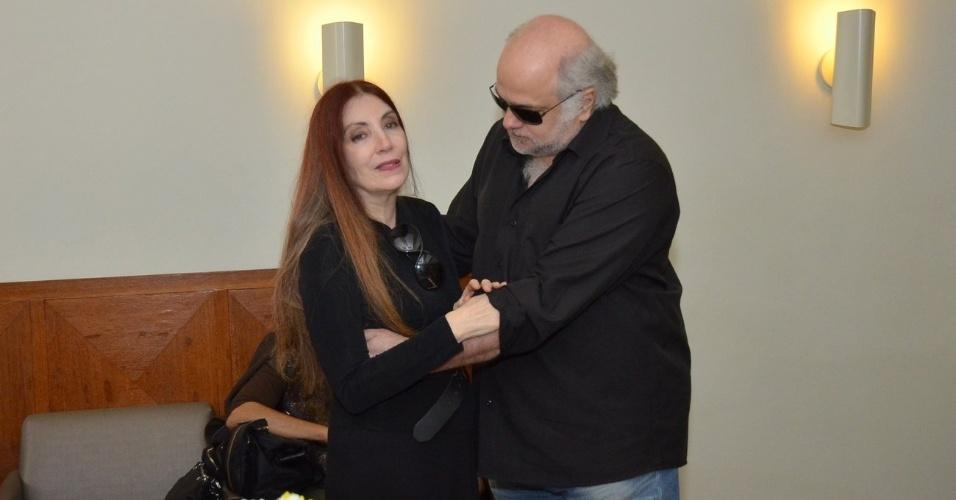 1.out.2013 - O ator Jayme Periard conversa com a viúva de Claudio Cavalcanti, Maria Lucia, no velório do ator no Memorial do Carmo, no Rio
