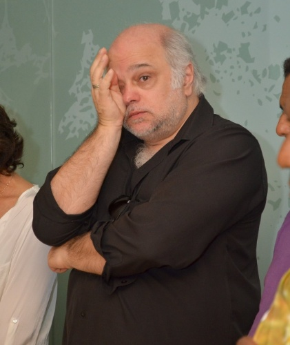 1.out.2013 - O ator Jayme Periard presta suas homenagens a Claudio Cavalcanti no Memorial do Carmo, no Rio