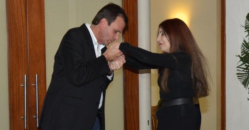 1.out.2013 - O prefeito do Rio de Janeiro, Eduardo Paes, cumprimenta a viúva de Claudio Cavalcanti, Maria Lúcia, no velório do ator no Memorial do Carmo, no Rio de Janeiro