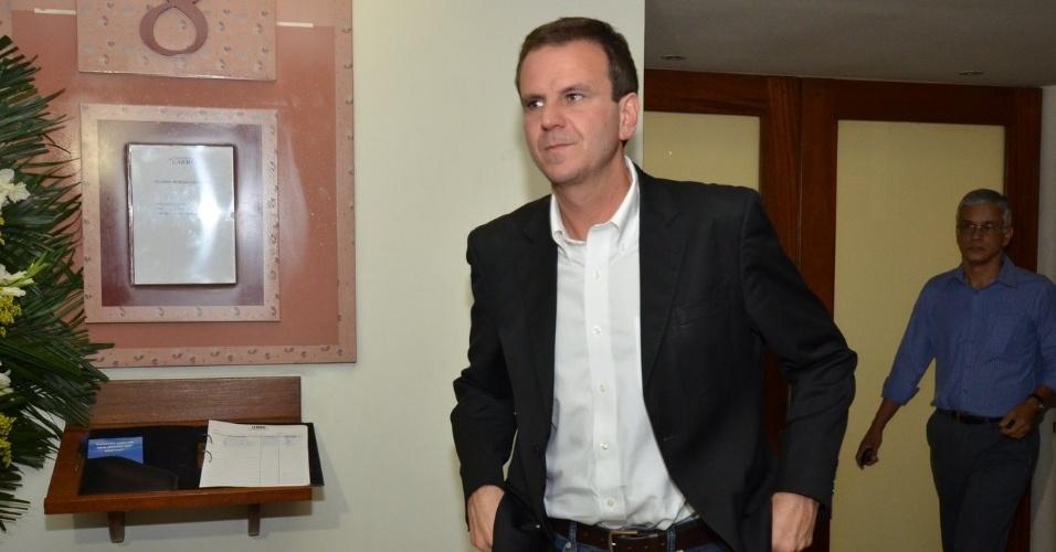 1.out.2013 - O prefeito do Rio de Janeiro, Eduardo Paes, se despede do ator e secretário municipal, Claudio Cavalcanti, no Memorial do Carmo