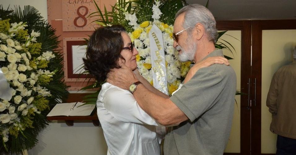 1.out.2013 - Os atores Cássia Kiss e Gracindo Jr. conversam no velório do ator Claudio Cavalcanti, no Memorial do Carmo, no Rio