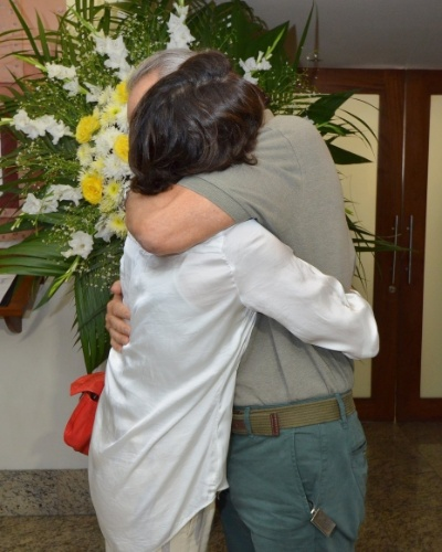 1.out.2013 - Os atores Cássia Kiss e Gracindo Jr. se abraçam no velório do ator Claudio Cavalcanti, no Memorial do Carmo, no Rio