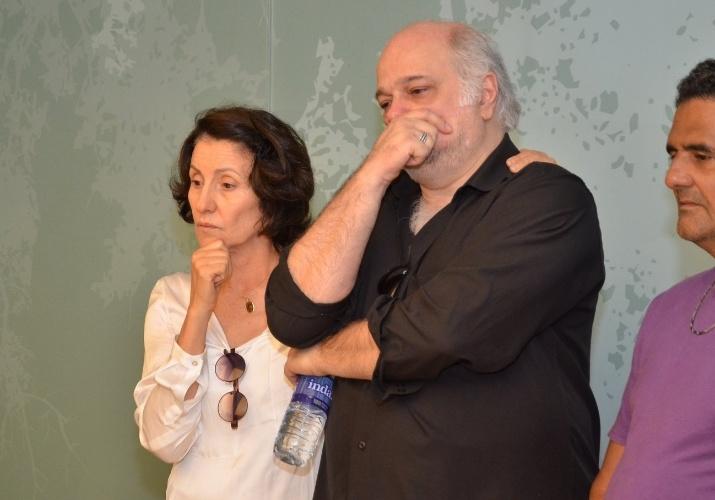1.out.2013 - Os atores Cássia Kiss e Jayme Periard se despedem de Claudio Cavalcanti, no Memorial do Carmo, no Rio